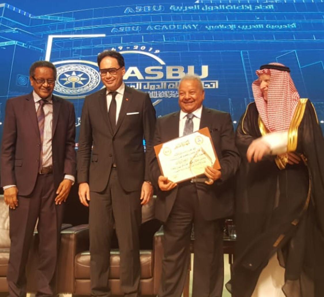 """اتحاد الاذاعات العربية يكرم """"ابوذكري """"في احتفاليه تاسيسة الخمسين"""